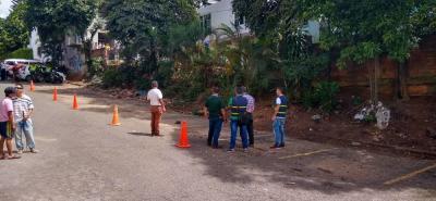 Líderes comunales del barrio La Paz comentan que el proceso surgió hace unos dos años, cuando en visitas de control las autoridades municipales evidenciaron que el muro divisorio era ilegal.