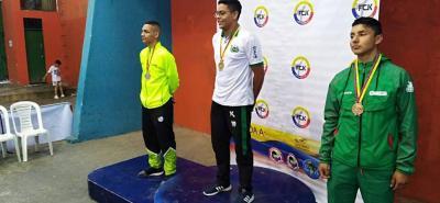 El deportista Yoyced Córdoba del club Shotokan de Girón (en el centro) ganó una nueva medalla de oro.