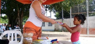 Hasta los más pequeños se sumaron ayer a la campaña para recoger ayudas en Puente Sogamoso para los afectados por el deslizamiento en Barrancabermeja el pasado domingo. La meta es una tonelada de elementos.