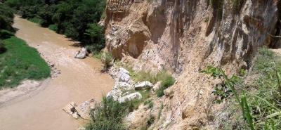 La caída de las rocas hacia el Río de Oro tiene preocupados a los habitantes de los barrios Sagrado Corazón y El Tejar.
