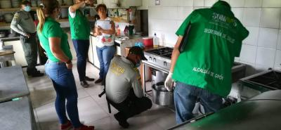 En las cocinas y cada esquina de los restaurantes, los funcionarios hicieron la inspección.