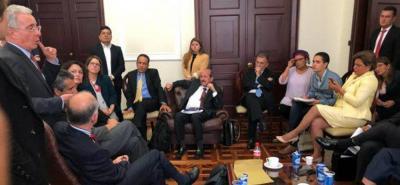 Inédita reunión  Cepeda, Petro, Uribe y Farc por sala de militares en la JEP