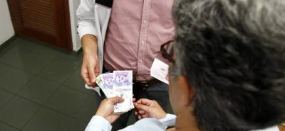 En el caso más reciente una mujer de 78 años de edad entregó $120 millones en efectivo y valiosas joyas a cambio de un supuesto ticket ganador del baloto.