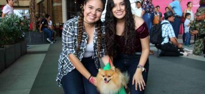 Gabriela Méndez, Carolina Méndez y su mascota Toby.