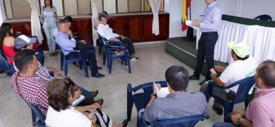 Ludwing Mantilla, director de la Corporación Santander por la Naturaleza se encargó de presidir la reunión con los líderes y veedores de Lebrija.