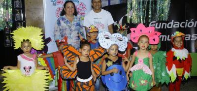 Yolanda Duarte Monsalve, Agustín Fernando Herrera Moreno y los niños del Colegio de Santander Escuela Los Angeles sede B.