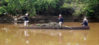 Una de las formas de compensación de Ecopetrol fue contratar a los mismos pobladores para la limpieza de la fuente hídrica.