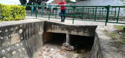 Según el líder comunal Sergio Gómez, en el puente quedan los desperdicios que provienen de La Campiña.