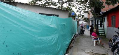 El paso peatonal fue habilitado luego del colapso de la estructura. Sin embargo, los vecinos del sector aseguran que el muro ayuda a la seguridad del sector.