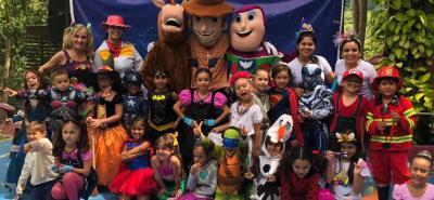 En la fotografía aparecen los alumos de la Promoción 2018 del Jardín Infantil Kid's Park, junto a sus profesoras y los persojanes de Toy Story.