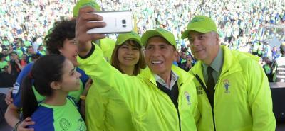 El ciclista boyacense Nairo Quintana compartió con los uniformados y los competidores de la Carrera 10K.