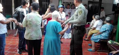 Los agentes de Policía están visitando los asilos de Girón como parte de su campaña de solidaridad.