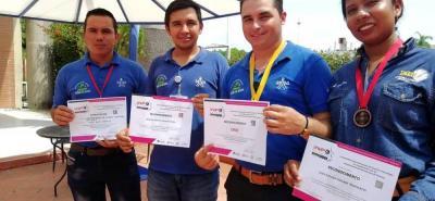 Hermes Bautista, Cristian Capacho y Sergio Hernández fueron los campeones con el proyecto de investigación sobre caracterización de abejas domésticas en San Vicente de Chucurí. Leidy Dayana Vergara fue la representante del equipo barranqueño que obtuvo el tercer puesto.