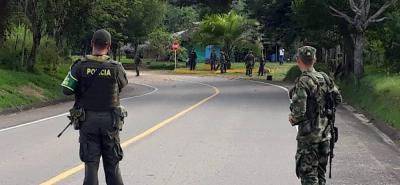 Durante varias horas estuvo cerrada la vía entre San Pablo y Santa Rosa, en el sur de Bolívar, el pasado jueves, cuando hombres del Eln sembraron terror.