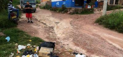 La Manzana K, del barrio Brisas de Primavera I, es el botadero de basura del sector, aunque la comunidad responsabiliza a la PDS, directivos de la entidad explicaron que cumplen su labor.