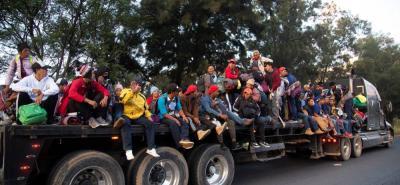Para llegar, los migrantes, quienes se repartieron en pequeños grupos, tuvieron que recorrer algunos tramos a pie, y otros tras pedir viajes en buses, camiones y otros vehículos.