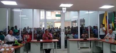 A la sesión asistieron los líderes comunitarios quienes pidieron que no entreguen a un particular las funciones de la Secretaría de Tránsito.