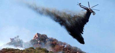 Los fuertes vientos que soplan en California dificultan las tareas de contención por parte de los bomberos y atizan los incendios.