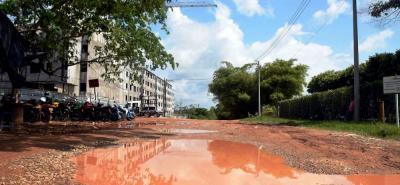 Así luce la carretera que además no cuenta con ruta de busetas para los habitantes, quienes deben caminar por los charcos que se forman en esta época de lluvias.