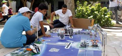 Creativos robots, diseñados por los propios estudiantes, se pudieron ver ayer en la competencia regional de robótica.