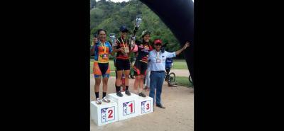 Este fue el podio final de la categoría Damas expertas, en la que Yaneth Sierra se coronó campeona, y fue acompañada por Leidy Lizcano y Johana Rodríguez, quienes también ocuparon los tres primeros lugares en la válida disputada ayer en Rionegro.