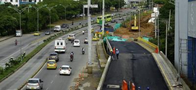 El puente sobre la quebrada Zapamanga ya está terminado, pero no se habilitará el paso vehicular hasta que no se construya el relleno del sector norte que permite darle continuidad con la paralela. Esta obra, precisamente, es la que se pretende ejecutar a partir de esta semana.