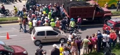 Óscar Mauricio Sánchez Grande, de 19 años, terminó debajo de las llantas del vehículo de carga. La motocicleta quedó a su lado.