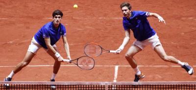 Los franceses Nicolas Mahut y Pierre-Hugues Herbert vencieron a Mate Pavic y Ivan Dodig y lograron para su país el primer punto de la final de la Copa Davis ante Croacia, que sigue dominando 2-1 a falta de los dos individuales decisivos de hoy.
