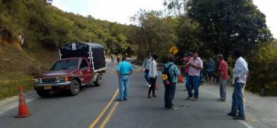 Al punto del accidente arribaron varios familiares de la víctima mortal, hecho que conmovió a los curiosos que se concentraron en el sitio.