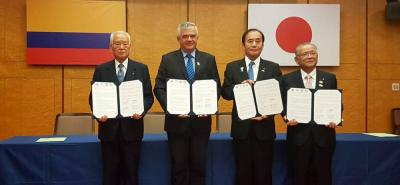 Ciro Solano, junto al gobernador de la prefectura de Saitama, el Alcalde de Sako y el presidente de la corporación universitaria de Satoe.