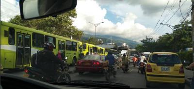 Hasta dos horas tardaron algunos usuarios de transporte público en llegar a su destino.