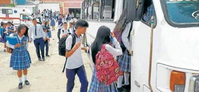 El contrato de transporte escolar, al menos en el papel, favorece a los estudiantes de los sectores rurales del Municipio o aquellos que residen en zonas muy alejadas de los planteles en donde cursan su año lectivo.