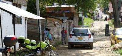 En esta calle se registró la balacera que causó pánico entre los habitantes del asentamiento humano Mirador Norte. La Sijín se encargó del levantamiento de los cadáveres y la recolección de evidencias.