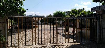 Este es el terreno que tiene en disputa a la Clínica de Girón y a los inquilinos del predio. La inspección de Policía lo selló y al lugar no pueden ingresar vehículos ni motocicletas.