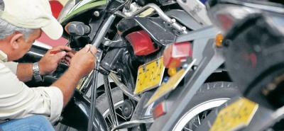 Una de las estrategia de la Policía Metropolitana de Bucaramanga es ofrecer a los motociclistas el servicio gratuito de marcar las motos, ya que a los delincuentes se les dificulta vender las autopartes con una marca de referencia.