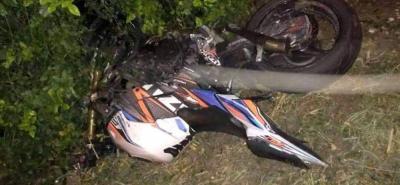 La motocicleta Suzuki GSR 750 terminó en unos matorrales tras la colisión. Se investiga un posible exceso de velocidad.