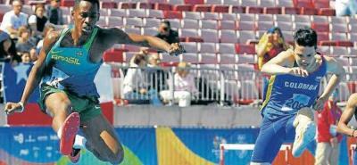El atleta Sebastián Barrera Ballesteros (derecha) consiguió en la temporada pasada el premio a Mejor Deportista Intercolegiado, luego de ganar todas las fases de los Juegos Intercolegiados, además de brillar en otras competencias tanto nacionales como internacionales.