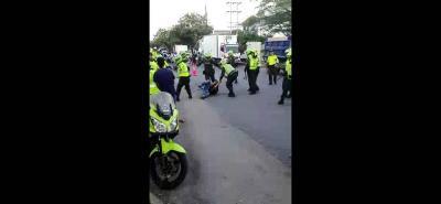 En el video que circula por redes sociales se evidencia que entre varios Policías golpearon a un ciudadano en el suelo.
