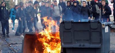 Entre los incidentes, que se prolongaron durante la noche del sábado en París y en otras ciudades, está la quema de dos vehículos privados de Jacqueline Dubois, diputada del partido de Macron.