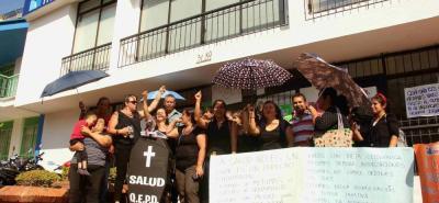 Las madres de los pacientes realizaron ayer una protesta para pedir a Medimás EPS una correcta y oportuna prestación de los servicios médicos.