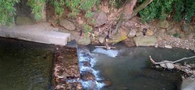 Este sería el 'aliviadero' que causa la contaminación del afluente hídrico, que prácticamente atraviesa todo el barrio.