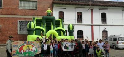 En Charalá, integrantes de la Policía llevaron a cabo una actividad para enseñarles a los niños y jóvenes varias formas en las que aprovechar su tiempo libre. Además, se realizó la campaña de concientización en contra del uso de la pólvora.