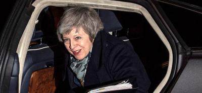 May supera la moción de confianza como líder de su partido