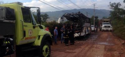 Un bus se incineró en zona rural de Piedecuesta