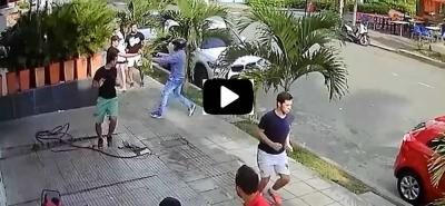 Video registra el momento en el que un delincuente asalta a un peatón en Bucaramanga