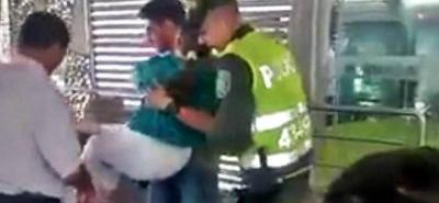 Un video registró cómo tiene que salir una persona en condición de discapacidad de una estación.
