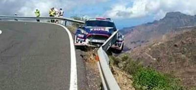 Las vallas de metal evitaron que el vehículo cayera al vacío, lo que hubiera provocado una tragedia.