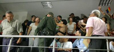 Un grupo de manifestantes se congregaron para mostrar su descontento con la condecoración.