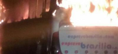 En video: Bus de Brasilia fue consumido por incendio en Santander