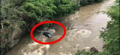 Video registró a vehículo sin ocupantes que rodó y cayó al Río Fonce, en San Gil
